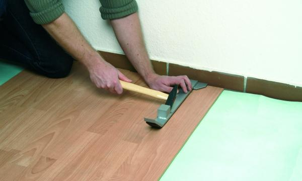 Układanie paneli podłogowych