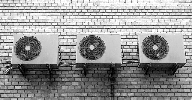Montaż klimatyzacji w bloku – jak ją wybrać, zamontować i ile kosztuje?
