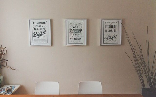 Jak za pomocą plakatów udekorować mieszkanie?